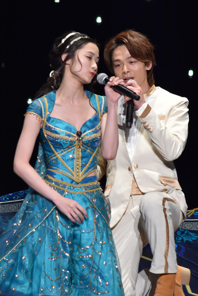 「ホール・ニュー・ワールド」を歌唱する中村倫也(右)、木下晴香(左)。