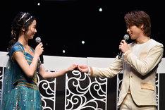 「僕を信じて」と手を差し伸べる中村倫也(右)を、「いいわ」と受け入れる木下晴香(左)。