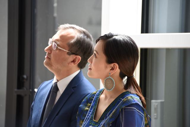 アジズ・アブドハキーモフからのビデオメッセージを観る前田敦子(手前)。