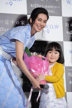 再会を喜ぶ柴咲コウ(左)と松本笑花(右)。