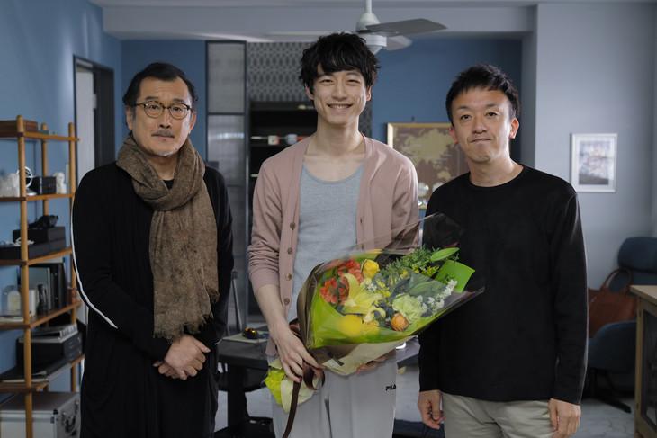 「劇場版 ファイナルファンタジーXIV 光のお父さん」メイキング写真。左から吉田鋼太郎、坂口健太郎、野口照夫。