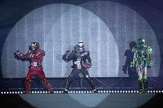 5月3日に開催された「仮面ライダージオウ スペシャルイベント 魔王の宴」より、スペシャルショーの様子。左から仮面ライダーゲイツ、仮面ライダージオウ、仮面ライダーウォズ。