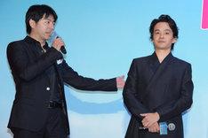 左から石井裕也監督、池松壮亮。