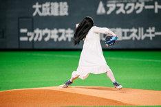 北海道日本ハムファイターズ対埼玉西武ライオンズ戦で始球式を行う貞子。