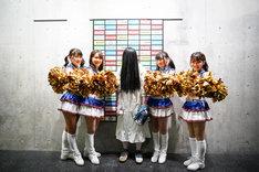 FIGHTERS GIRLとともに写真に収まる貞子。