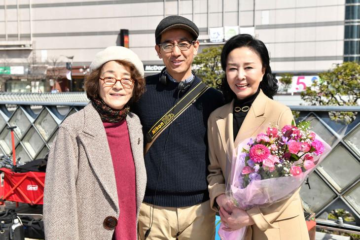 左から倍賞千恵子、監督の小林聖太郎、星由里子。