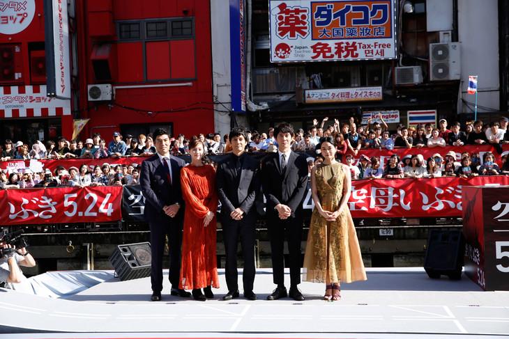 左から高嶋政宏、本田翼、西島秀俊、佐々木蔵之介、深川麻衣。