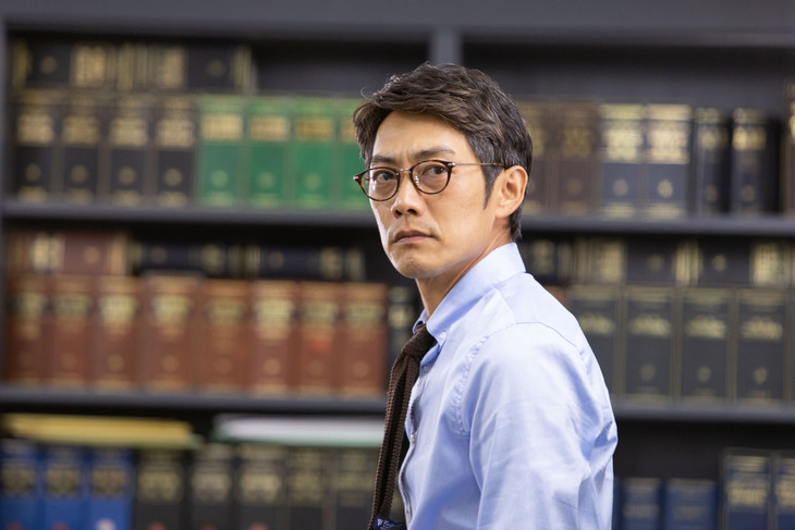 ドラマ「リーガル・ハート~いのちの再建弁護士~」より、反町隆史演じる村越誠一。
