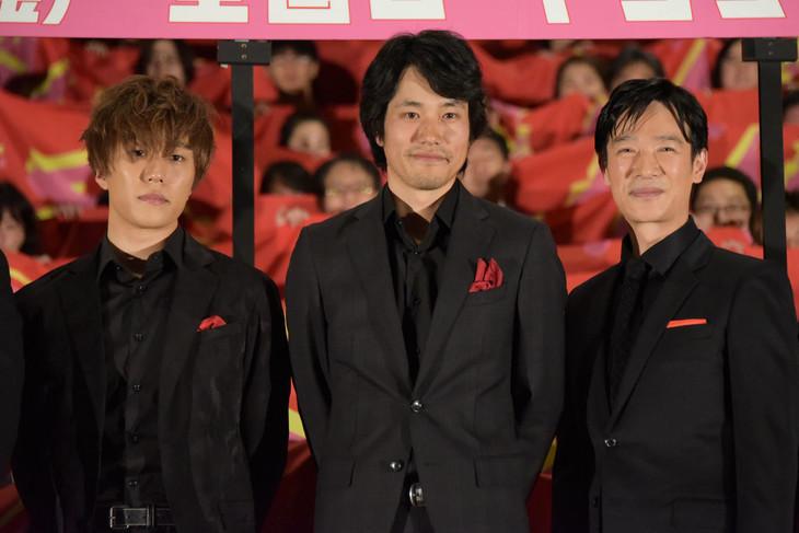 「プロメア」完成披露舞台挨拶の様子。左から早乙女太一、松山ケンイチ、堺雅人。