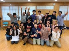 「スペシャルアクターズ」キャストと上田慎一郎の集合写真。