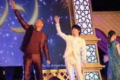 観客に手を振るウィル・スミス(左)と中村倫也(右)。