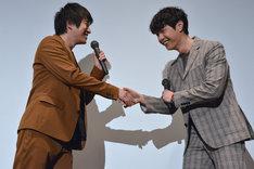 握手を交わす村井良大(左)とジュンQ(右)。