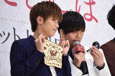 グッズを紹介する神宮寺勇太(左)と永瀬廉(右)。