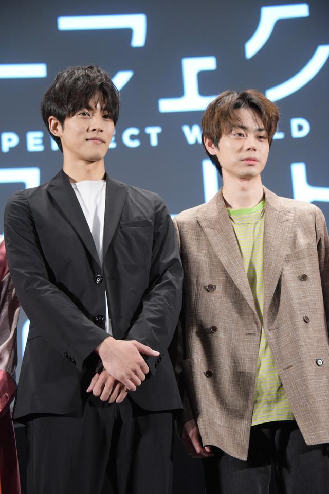 左から松坂桃李、菅田将暉。