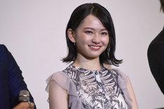 ヨースケ@HOMEからの手紙を受け、涙を拭った山田杏奈。