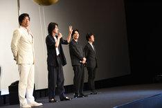 「3回観た人?」と観客に尋ねる山崎賢人(中央左)。