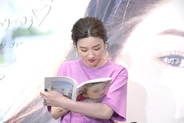 お気に入りの写真を見付けた永野芽郁。