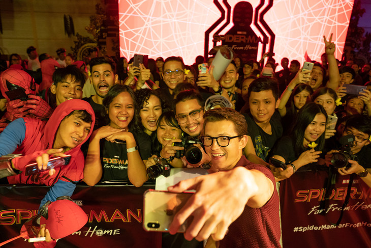 インドネシア・バリ島のファンとともにセルフィーを撮影するトム・ホランド。