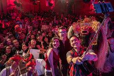 インドネシア・バリ島のファンとともに写真に収まるトム・ホランド。