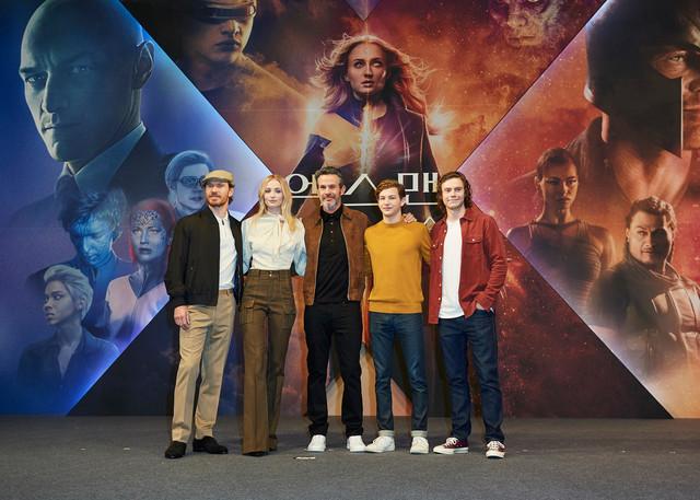 韓国・ソウルで行われた「X-MEN:ダーク・フェニックス」記者会見の様子。左からマイケル・ファスベンダー、ソフィー・ターナー、サイモン・キンバーグ、タイ・シェリダン、エヴァン・ピーターズ。