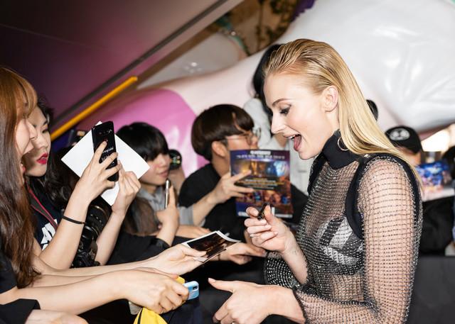 韓国のファンと交流するソフィー・ターナー。