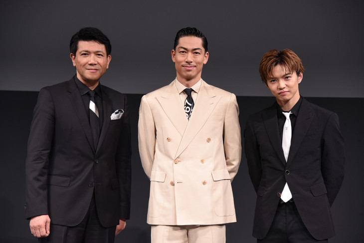 左から別所哲也、AKIRA、佐藤大樹。