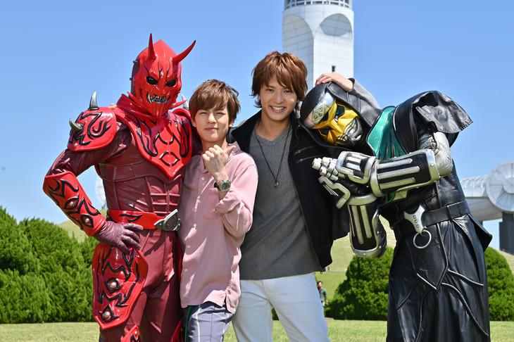 左からモモタロス、常磐ソウゴ役の奥野壮、桜井侑斗役の中村優一、デネブ。