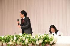 緊張する山里亮太(左)と、爆笑する蒼井優(右)。