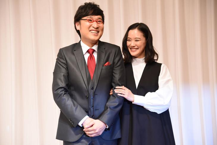 結婚報告記者会見にて、左から山里亮太、蒼井優。