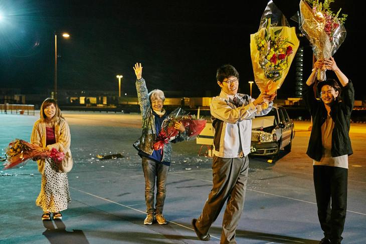 「ひとよ」クランクアップ時の様子。左から松岡茉優、田中裕子、鈴木亮平、佐藤健。