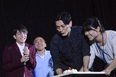 伊原六花へのサプライズケーキを運び込む久保田悠来(中央右)。