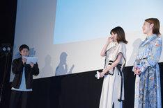 懸命に司会進行をする太賀(左端)の姿を見て、思わず笑みがこぼれる共演者たち。