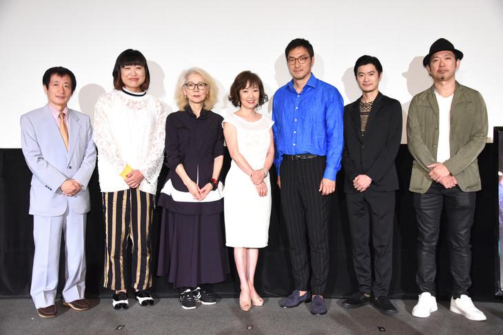 「エリカ38」公開記念舞台挨拶の様子。左から奥山和由、山崎静代、木内みどり、浅田美代子、平岳大、窪塚俊介、日比遊一。