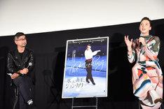 司会の蒲田健(左)、ゲストのジョニー・ウィアー(右)。