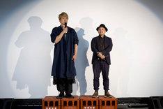 酒のケースに乗って舞台挨拶を行った香取慎吾(左)と白石和彌(右)。