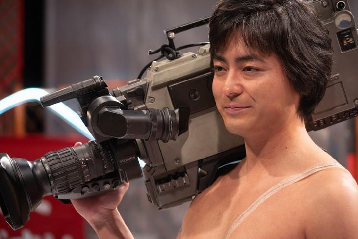 「全裸監督」より、山田孝之演じる村西とおる。