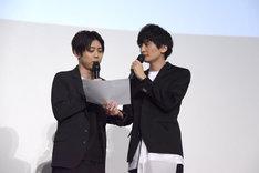 2人で劇中のセリフを披露する梶裕貴(左)と島崎信長(右)。