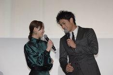 役名の名字を忘れてしまい、佐伯大地(右)にこっそりと確認する松井玲奈(左)。