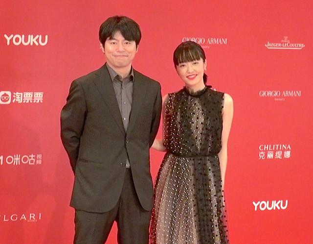 第22回上海国際映画祭に出席した石井裕也(左)と井上真央(右)。