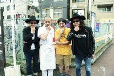 「いちごの唄」メイキング写真。左から田口トモロヲ、峯田和伸、古舘佑太郎、みうらじゅん。