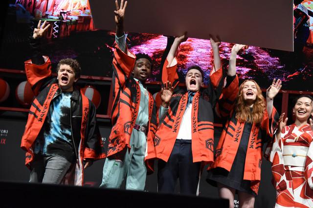 「ストレンジャー・シングス 未知の世界」夏祭りイベントの様子。左からゲイテン・マタラッツォ、ケイレブ・マクラフリン、ノア・シュナップ、セイディ・シンク、大島優子。