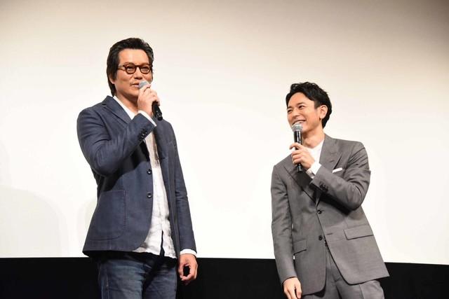 左から豊川悦司、妻夫木聡。