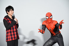 左から榎木淳弥、スパイダーマン。