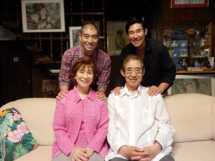 高島家の家族写真。左上から時計回りに高嶋政宏、高嶋政伸