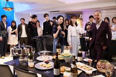 「東京ワイン会ピープル」メイキング写真。藤岡沙也香(中央)、松村沙友理(中央右)。左から4番目がAkira、左から6番目がMatt。
