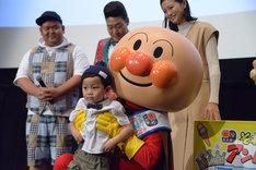 フォトコンテストでグランプリを受賞した子供とアンパンマン。