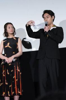 観客から寄せられたコメントを読む柳楽優弥(右)。