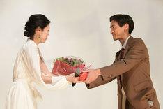西川可奈子(左)に花束を渡す高良健吾(右)。