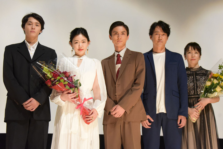 「アンダー・ユア・ベッド」完成披露上映会の様子。左から三宅亮輔、西川可奈子、高良健吾、安部賢一、安里麻里。