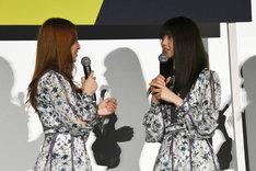 齋藤飛鳥(右)に迫る桜井玲香(左)。